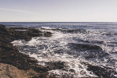 反对岸的海浪 免版税库存照片