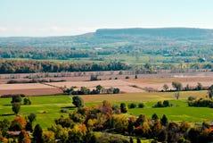 反对峭壁的农村风景 库存照片