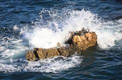 反对峭壁的波浪 库存图片