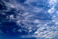 反对干净的天空蔚蓝,不可思议的浪漫背景的美丽的美丽如画的白色云彩 免版税库存图片