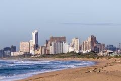 反对德班市地平线的海滩在南非 图库摄影