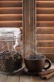 反对快门的热的咖啡 库存照片