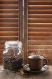 反对快门的热的咖啡 免版税库存图片