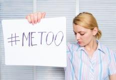 反对性骚扰的运动 仿造妇女哀伤的面孔举行海报的hashtag 性攻击和骚扰的受害者 库存照片