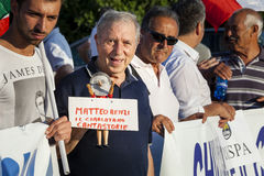 反对意大利主席马泰奥伦齐的老人抗议 免版税库存图片