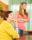 反对成人女儿的生气成熟母亲 免版税库存图片