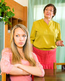 反对成熟母亲的哀伤的成人女儿在冲突以后 免版税库存照片