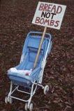 反对战争的用途金钱的抗议人的需要的 库存图片
