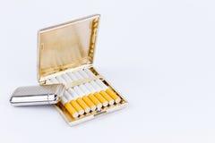 反对打火机和雪茄盒的摄影 免版税库存图片
