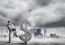 反对打破美元水泥形象的现代都市风景的坚定的银行家人 免版税库存照片