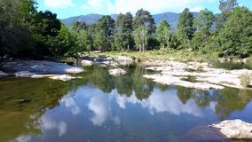 反对摄影狂放的自然的山河在与云彩的天空下 影视素材