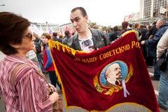 反对支持者拿着苏联时代标志 库存照片