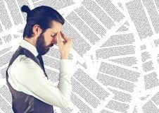 反对文件背景的沮丧的商人 免版税库存图片