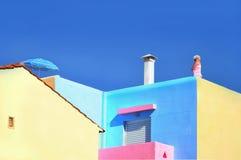 反对无云的天空的希腊房子 免版税库存照片
