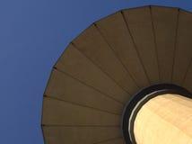 反对无云的蓝天的一个球状水塔 库存照片