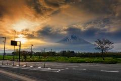 反对日出和薄雾的富士山 免版税库存图片