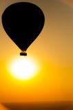 反对日出的热空气气球 免版税图库摄影
