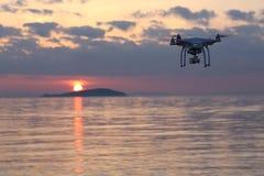 反对日落天空的寄生虫飞行 免版税库存照片