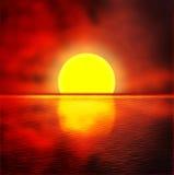 反对日落天空的海 免版税库存照片