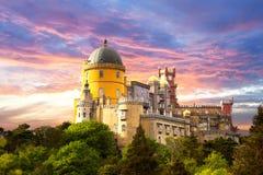 反对日落天空-辛特拉,葡萄牙,欧洲的神仙的宫殿 免版税图库摄影