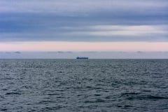 反对日落的一辆孤立罐车在傲德萨的公海 免版税图库摄影