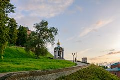 反对日落的下诺夫哥罗德克里姆林宫小山的和 俄国 免版税图库摄影