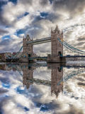 反对日落的塔桥梁在伦敦,英国,英国 库存照片
