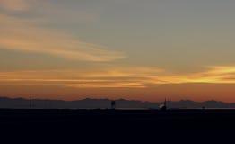 反对日落的波音747 免版税库存图片