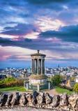 反对日落的爱丁堡与Calton小山在苏格兰 免版税库存照片