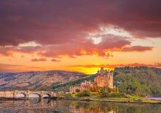反对日落的爱莲・朵娜城堡在苏格兰的高地 免版税库存图片