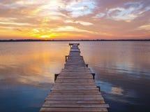 反对日落的码头 免版税库存照片