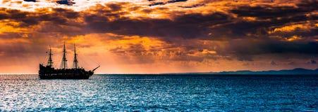 反对早晨天空的一艘孤立船 免版税库存照片