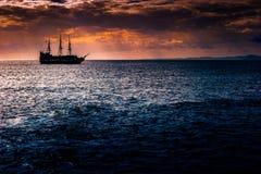 反对早晨天空的一艘孤立船 免版税图库摄影