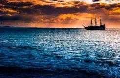 反对早晨天空的一艘孤立船 免版税库存图片