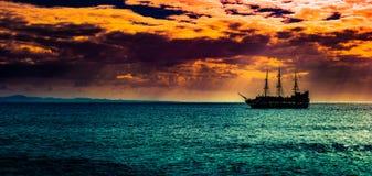 反对早晨天空的一艘孤立船 库存照片