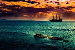 反对早晨天空的一艘孤立船 库存图片