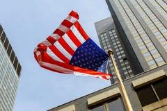 反对明亮的蓝天的美国国旗 库存图片