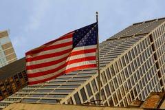 反对明亮的蓝天的美国国旗 免版税图库摄影