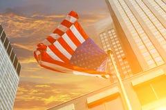 反对明亮的蓝天的美国国旗 免版税库存图片