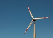 反对明亮的蓝天的风车 免版税库存图片