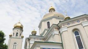 反对明亮的蓝天背景的美丽的东正教  股票录像