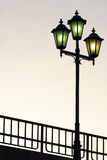 反对暮色背景的老街道路灯柱 库存图片