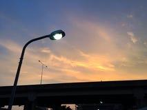 反对暮色背景的街灯 库存照片