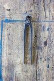 反对木板条的老葡萄酒钳子夹子 库存图片