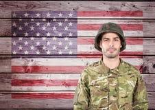 反对木美国国旗背景的骄傲的战士 库存图片