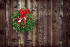 反对木背景的圣诞节花圈 免版税库存图片