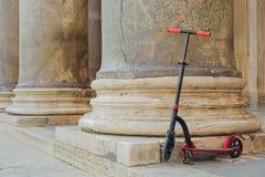 反对柱廊万神殿的背景的红色推挤滑行车在罗马,意大利 免版税库存图片