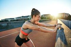 反对栏杆的微笑的肌肉慢跑者新闻 库存图片