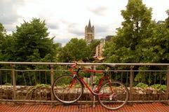 反对栏杆的红色自行车在科隆 库存图片