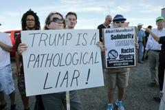 反对根据推定的共和党总统被提名人的抗议者 免版税库存图片